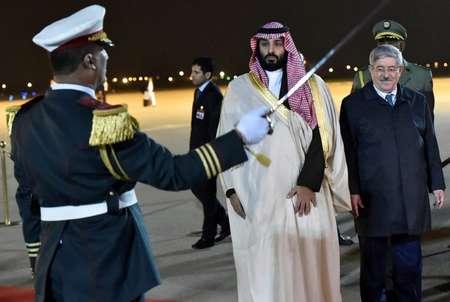 ولي العهد السعودي الأمير محمد بن سلمان (يسار) يستعرض مع  رئيس الوزراء الجزائري أحمد أويحيى حرس الشرف لدى وصوله إلى مطار الجزائر الدولي في 2 كانون الأول/ديسمبر 2018. ( رياض كرمدي (ا ف ب/ا ف ب) )