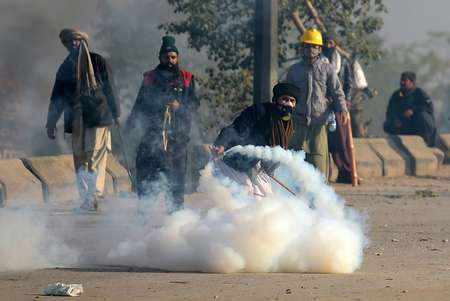 A policeman was killed and over 100 injured in clashes between hardline Islamist protestors and Pakistani forces  ( AAMIR QURESHI (AFP) )
