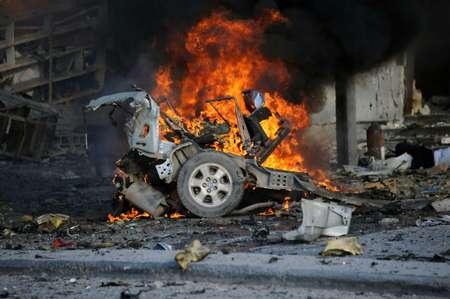 Un véhicule en feu le 1er novembre 2015 devant l'hôtel Sahafi à Mogadiscio après une attaque qui a fait au moins 12 morts ( MOHAMED ABDIWAHAB (AFP) )