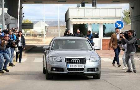 La voiture transportant Carme Forcadell,  la présidente indépendantiste du parlement catalan, quitte la prison d'Alcala Meco à Madrid le 10 novembre 2017 ( OSCAR DEL POZO (AFP) )