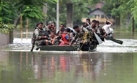 Des soldats indiens évacuent des villageois sinistrés à cause de la mousson à Koliabor, le 13 août 2017 ( Biju BORO (AFP) )