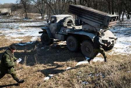 Des rebelles prorusses à Gorlivka, dans la région de Donetsk s'apprêtent à lancer des missiles le 13 février 2015 ( Andrey Borodulin (AFP) )