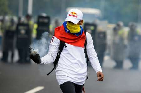 Anti-Maduro demonstrators holds a tear gas bomb during a protest in Caracas on May 11, 2016 ( Federico Parra (AFP) )