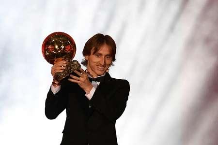Le Croate Luka Modric brandit le trophée du Ballon d'Or qui vient de lui être décerné au Grand Palais à Paris, le 3 décembre 2018  ( FRANCK FIFE (AFP) )