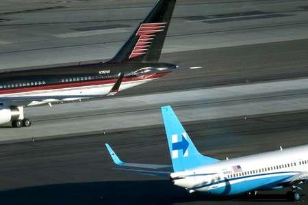 طائرتا المرشحين دونالد ترامب (اعلى) وهيلاري كلينتون في مدرج مطار لاس فيغاس