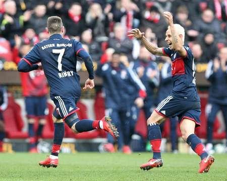 الفرنسي فرانك ريبيري (يسار) بعد تسجيله هدف الافتتاح في مباراة فريقه بايرن ميونيخ وماينتس في الدوري الالماني لكرة القدم في 3 شباط/فبراير 2018 في ماينتس ( دانيال رولاند (ا ف ب) )