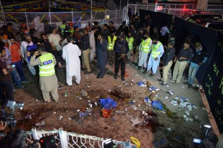 Pakistani rescuers and officials gather at a bomb blast site in Lahore on March 27, 2016 ( Arif Ali (AFP) )