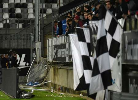 Vue de la barrière d'une tribune visiteurs qui s'est effondrée lors du match Amiens-Lille au stade de La Licorne, le 30 septembre 2017 ( FRANCOIS LO PRESTI (AFP) )