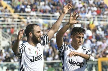 L'attaquant de la Juventus Gonzalo Higuain (g) auteur d'un doublé face à Pescara, le 15 avril 2017 à Pescara  ( ANDREAS SOLARO (AFP) )