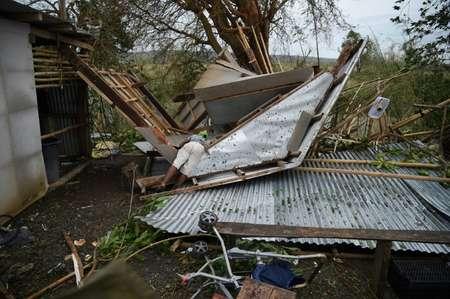Un habitant inspecte sa maison ravagée par le typhon Mangkhut, dans la ville d'Alcala aux Philippines le 15 septembre 2018 ( TED ALJIBE (AFP) )