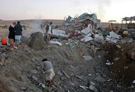 Yemenis check the aftermath of an air strike on Saada governorate in north Yemen on November 1, 2017 ( STRINGER (AFP) )