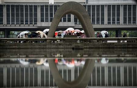 Visitors at the Hiroshima Peace Memorial park, that US President Barack Obama will visit  ( Johannes Eisele (AFP) )