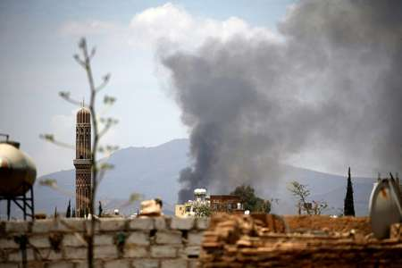 Smoke billows following an air strike by the Saudi-led coalition targeting the Al-Dailami air base, in the capital Sanaa on April 5, 2018 ( Mohammed HUWAIS (AFP/File) )