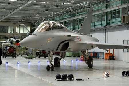 طائرة رافال مقاتلة في مصنع في فرنسا