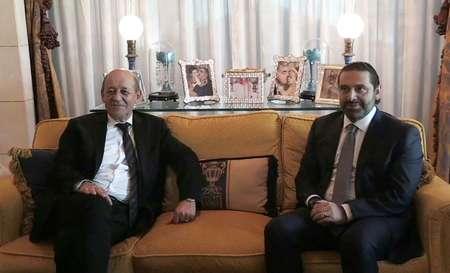Capture d'écran d'AFP TV montre le ministre français des Affaires étrangères Jean-Yves Le Drian (G) lors de sa rencontre avec le Premier ministre libanais démissionnaire Saad Hariri à sa résidence à Ryad, le 16 novembre 2017 ( Rania SANJAR (AFP) )