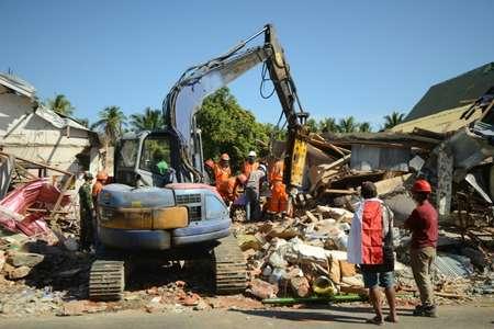 فرق إنقاذ اندونيسية تبحث عن ضحايا تحت الأنقاض في قرية سيغار بنجالين بشمال جزيرة لومبوك في 8 آب/أغسطس 2018 بعد ثلاثة أيام على الزلزال الذي ضرب الجزيرة موقعا 105 قتلى ( سوني تومبيلاكا (ا ف ب) )