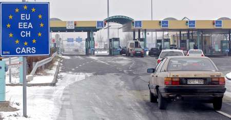 A Serbian car arrives at the border with Hungary and Serbia in Roeszke on December 19, 2009 ( Csaba Segesvari (AFP/File) )