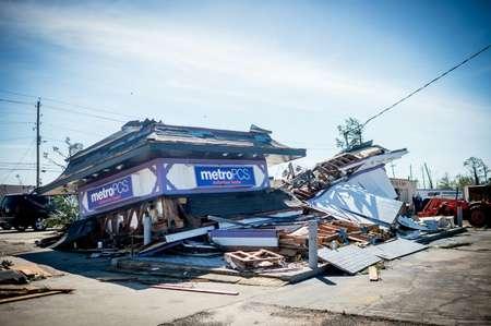 Un magasin détruit à Panama City (Floride), après le passage de l'ouragan Michael, le 11 octobre 2018. ( Emily KASK (AFP) )