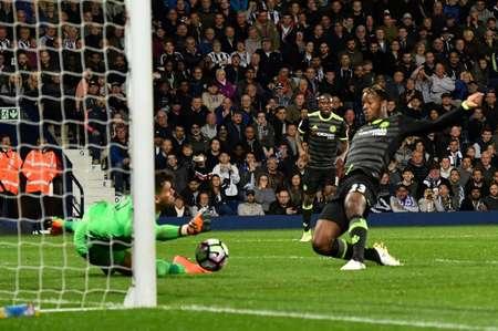 L'attaquant belge offre le titre à Chelsea en marquant sur la pelouse de West Bromwich Albion, le 12 mai 2017 ( Anthony Devlin (AFP) )