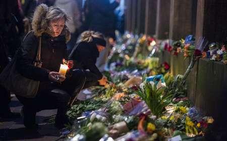 Des personnes se reccueillent devant la synagogue à Copenhague le 15 février 2015 ( Odd Andersen (AFP) )