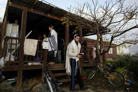 مستوطنون في مستوطنة عامونا