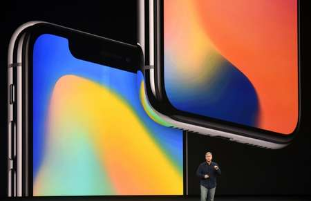 Le vice-président du marketing d'Apple Philip Schiller présente le iPhone 8 Plus à Cupertino, aux Etats-Unis, le 12 septembre 2017 ( Josh Edelson (AFP) )