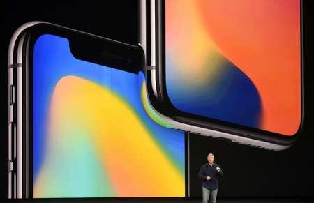 Le vice-président du marketing d'Apple Philip Schiller présente le iPhone 8 Plus à Cupertino, aux Etats-Unis, le 12 septembre 2017 ( Josh Edelson (AFP) )