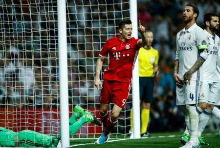 Bayern Munich's forward Robert Lewandowski (C) celebrates an own goal by Real Madrid's defender Sergio Ramos (2R) during the UEFA Champions League quarter-final second leg football match Real Madrid vs FC Bayern Munich  ( OSCAR DEL POZO (AFP) )