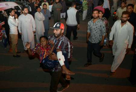 A Pakistani relative carries an injured child to the hospital in Lahore on March 27, 2016 ( Arif Ali (AFP) )