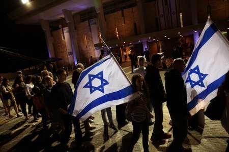 Des personnes font la queue pour rendre hommage à Shimon Peres devant son cercueil exposé à l'extérieur de la Knesset, le 29 septembre 2016 à Jérusalem ( Gali TIBBON (AFP) )