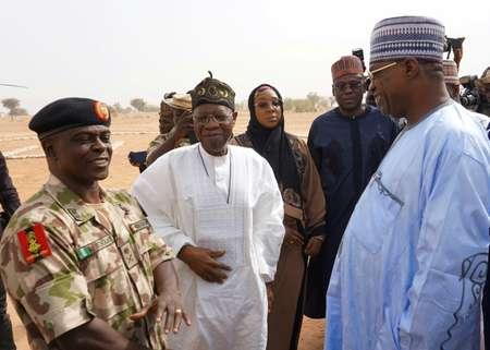 Le gouverneur de l'Etat de Yobe Ibrahim Gidan (D) parle avec le ministre de l'Information Lai Mohammed (C) et le responsable de la force militaire luttant contre Boko Haram, le brigadier général Rogers Nicholas,  à Dapchi, Nigeria, le 22 février 2018 ( AMINU ABUBAKAR (AFP) )