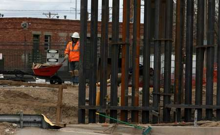 US workers build the border wall between El Paso, Texas and Ciudad Juarez, Mexico on February 5, 2019 ( HERIKA MARTINEZ (AFP/File) )