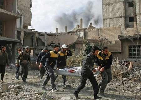 عناصر من الدفاع المدني السوري ينقلون ضحية سقطت في غارة للنظام السوري على منطقة في الغوطة الشرقية في الثامن من شباط/فبراير 2018 ( عامر المحيباني (اف ب) )