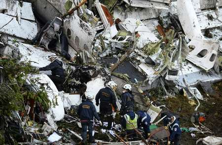 Rescue teams work in the recovery of the bodies of victims of the LAMIA airlines charter that crashed in the mountains of Cerro Gordo, Colombia, on November 29, 2016 carrying members of the Brazilian football team Chapecoense Real ( Raul ARBOLEDA (STR/AFP) )
