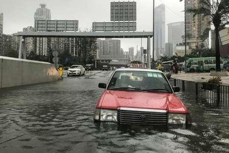 Un taxi englouti par une inondation à Hong Kong le 16 septembre 2018. ( Anthony WALLACE (AFP) )