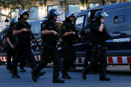Des policiers espagnols en armes à Barcelone après l'attaque sur les Ramblas le 17 août 2017