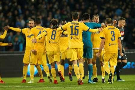 لاعبو يوفنتوس يحتفلون بهدف الفوز في مرمى نابولي (1-صفر) في الدوري الايطالي في الاول من كانون الاول/ديسمبر 2017 ( كارلو هرمان (أ ف ب) )