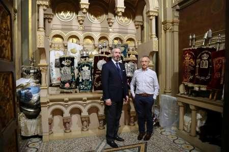 Jacques Canet (D), président de la Grande synagogue de Paris,  et le rabbin Moshe Sebbag posent à l'intérieur de la synagogue, le 8 juin 2017 ( JACQUES DEMARTHON (AFP) )