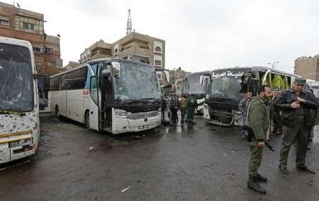 عناصر الامن ومدنيون في موقع التفجيرين الداميين في دمشق السبت 11 آذار/مارس 2017 ( لؤي بشارة (اف ب) )