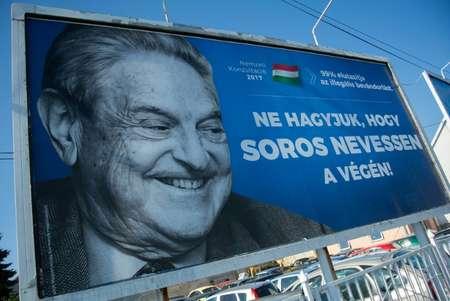 احد الملصقات التي تحمل صورة الملياردير الاميركي المجري الاصل جورج سوروس المتهم من قبل حكومة فكتور اوربان المجرية بالتحريض على الشغب ويرى اليهود في الحملة ضده معاداة للسامية ( اتيلا كيسبينيديك (اف ب) )