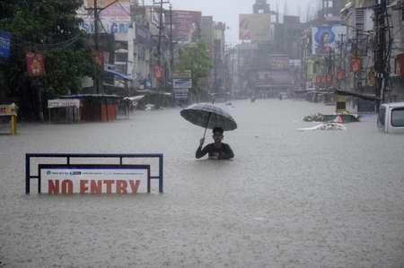 Un homme dans une rue inondée d'Agartala, en Inde, le 11 août 2017 ( Arindam DEY (AFP) )