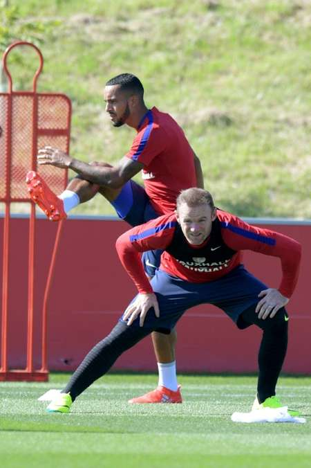 Theo Walcott (left) and Wayne Rooney (right) at an England training session at St George's Park near Burton-Upon-Trent in central England on August 30, 2016 ( Anthony Devlin (AFP) )