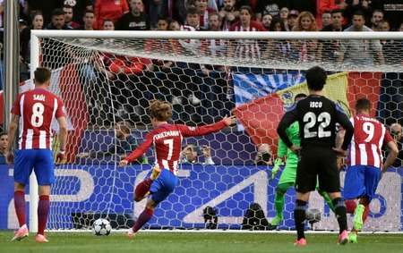 Atletico Madrid's Antoine Griezmann (2L) shoots to score his team's second goal against Real Madrid on May 10, 2017 ( GERARD JULIEN (AFP) )