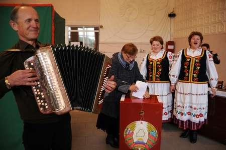 Un homme joue de l'accordéon et des femmes chantent des airs folkloriques pendant que les gens votent dans un bureau de vote dans le village de Sinki à 130 kilomètres au nord-ouest de Minsk le 11 octobre 2015 ( SERGEI GAPON (AFP) )
