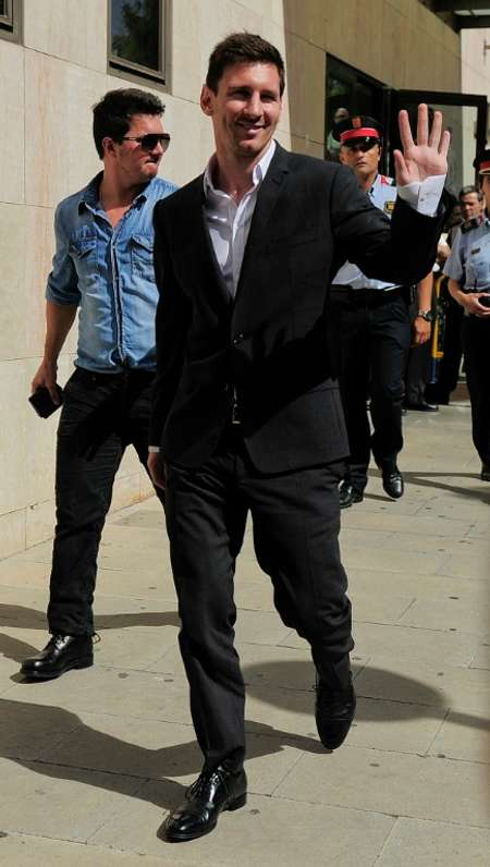 Barcelona football star Lionel Messi (R) and his brother Rodrigo leave the courhouse in the coastal town of Gava near Barcelona on September 27, 2013 after an audience on tax evasion charges ( Josep Lago (AFP/File) )