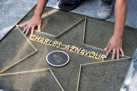 Mise en place de l'étoile de Charles Aznavour sur le