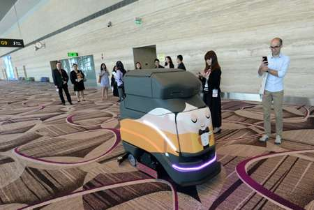 An automatic robot vacuum cleans the floor at Singapore's highly regarded Changi airport  ( ROSLAN RAHMAN (AFP) )