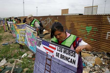 Before Trump's visit, demonstrators protested against his migration policies on the Mexican side of the border in Tijuana ( Guillermo Arias (AFP) )