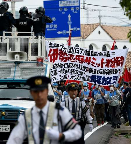 Police officers lead some 28 anti-G7 summit protesters in Shima city ( Toshifumi Kitamura (AFP) )
