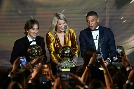 Luka Modric stands next to women's Ballon d'Or winner Ada Hegerberg and Kopa Trophy winner Kylian Mbappe ( FRANCK FIFE (AFP) )